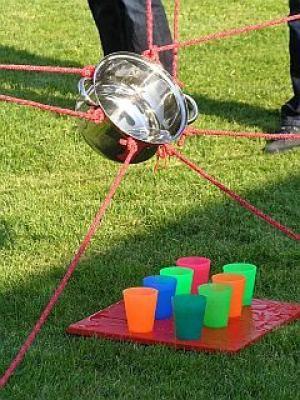 Teamspiele für Erwachsene: Gemeinsam einschenken m Erwachsenenbereich bei Spiel-o-Team stehen ebenfalls das Spiel, der Spaß und das Miteinander im Team im Vordergrund. Bei den Teamspielen, bei der Bauernhofrallye, dem Frisbee-Golf, der Schnitzwerkstatt, der Historischen Obstmosterei, den Knobelspielen oder dem Bogenschießen erleben Ihre erwachsenen Gäste die gemeinsame Beschäftigung in der Gruppe.