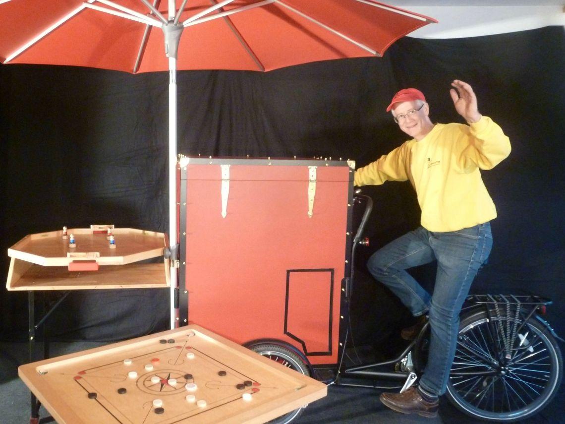 Das Spielvelo: Ein Lastenrad mit Spielen Das umgebaute Lastenrad beherbergt in seinem roten Kasten Spiele für Kinder und Erwachsene. Es fährt an genau die Stelle auf Ihrem Festgelände, an der Sie ein unterhaltsames Angebot für die ganze Familie wünschen. Innerhalb kurzer Zeit stehen die Spiele bereit und warten auf spielfreudige Besucher. Auf Wunsch lässt sich das Spielvelo mit unterschiedlichen Spielen füllen. Neben de Familienspielen stehen z.B. die Knobelspiele aus Metall für Erwachsene, die Brettspiele für alle Generationen oder die Strategiespiele für junge Erwachsene zur Auswahl. Das Fahrrad mit Spielen kommt auf Bestellung auf Familientage, Festivals, Tage der offenen Tür, Stadtfeste usw. Buchungen nimmt das Büro von Spiel-o-Top in Esslingen gerne entgegen.