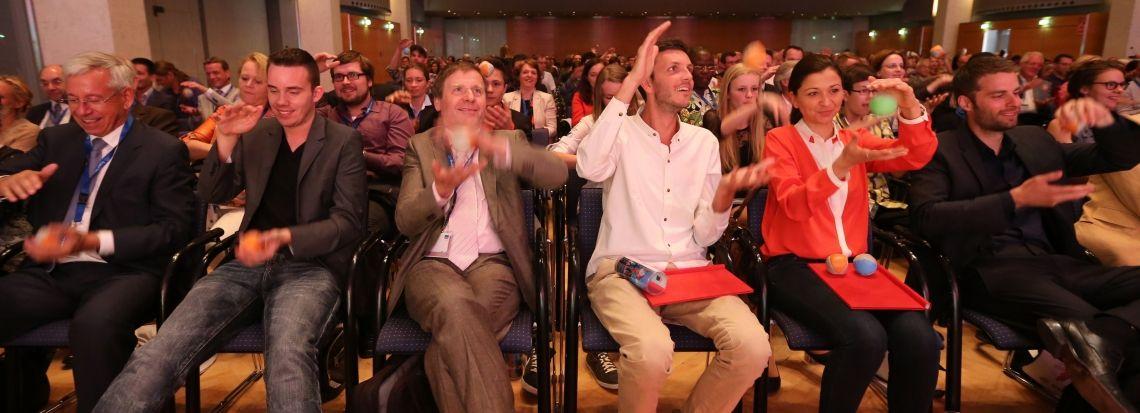 Motivation und Begeisterung  im Publiskum Stephan Ehlers versteht es wie kein anderer, das Publikum einen Ball werfen und fangen zu lassen... und dabei die Arbeitsweise des Gehirns nachvollziehbar und erlebbar zu erklären.