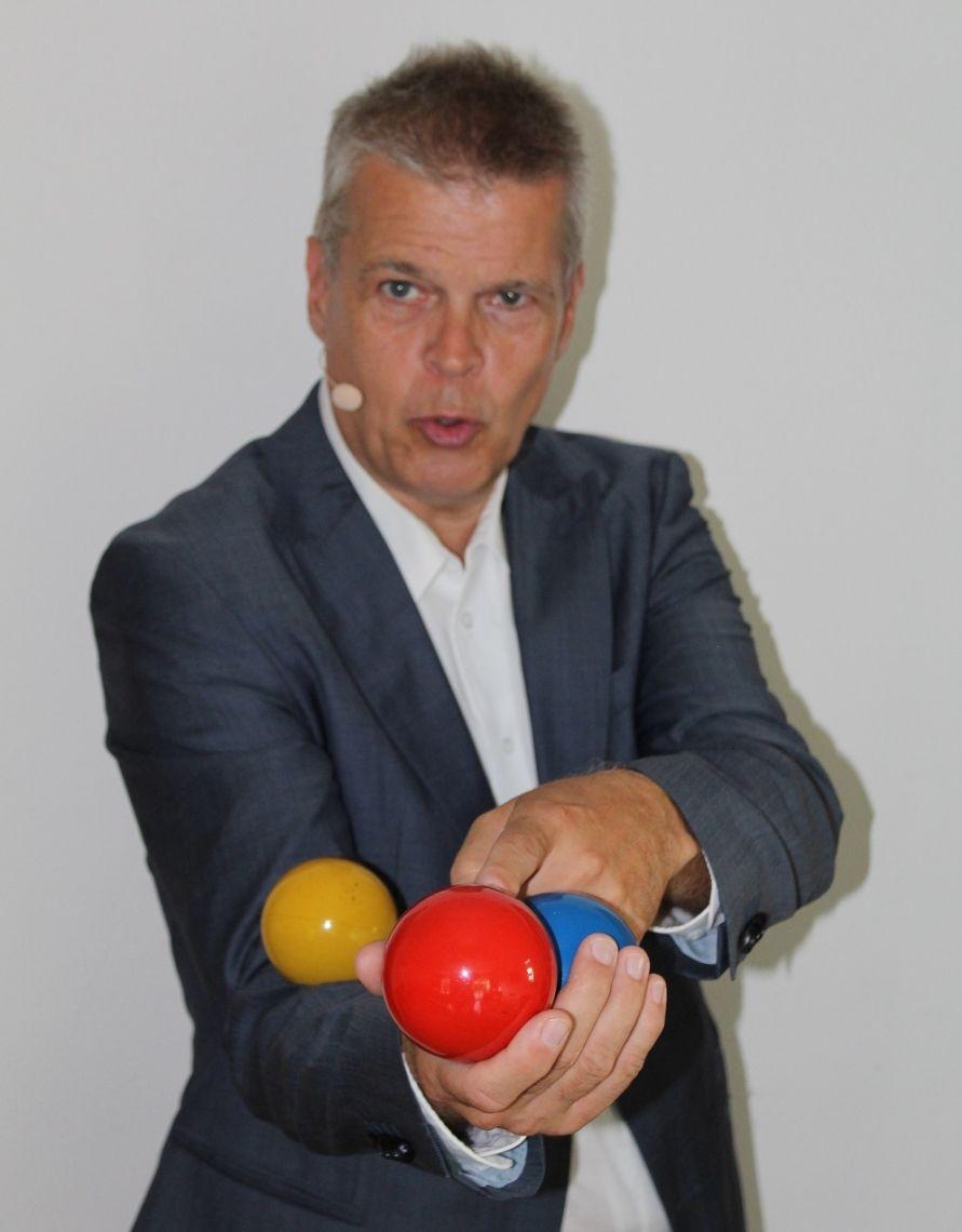 Motivator & Jonglator Stephan Ehlers STEPHAN EHLERS ist … •Premium-Experte bei brainGuide •Mitglied im Aktionskreis Psychomotorik  •Mitglied der German Speakers Association (GSA)  •Stephan Ehlers ist Top100-Entertainer bei Speakers Excellence •Mitglied im BDS – Bund der Selbständigen (BDS) •Mitglied im Bundesverband Mittelständischer Wirtschaft (BVMW) •Betreiber des Neuro-Newsletter-Dienstes Gehirn-Tipps.de •Spiele-Anbieter (Kognition + Koordination) - www.Gehirn-Vital-Shop.de •Herausgeber der Buchreihe GEHIRN-WISSEN KOMPAKT (Start 2019) •Mitglied der Dt. Ges. für suggestopädisches Lehren und Lernen (DGSL)  •Mitglied im Forum Werteorientierung in der Weiterbildung e. V (FWW)  •Mitglied der Akademie für Potentialentfaltung •Mitglied der Akademie für neurowissenschaftliches Bildungsmanagement (AFNB)