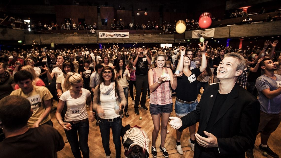 Jonglieren lernen - gemeinsam mit 800 Mitarbeitern Weltrekord: 445 Azubis der Volks- und Raiffeisenbanken lernten gleichzeitig in 30 Min das Jonglieren (notariell beglaubigt)