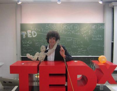 """Dundu Vorträge """"Dundu und die Sache mit dem Team"""" - Fabian Seewald bei TED X Youth in Mainz."""