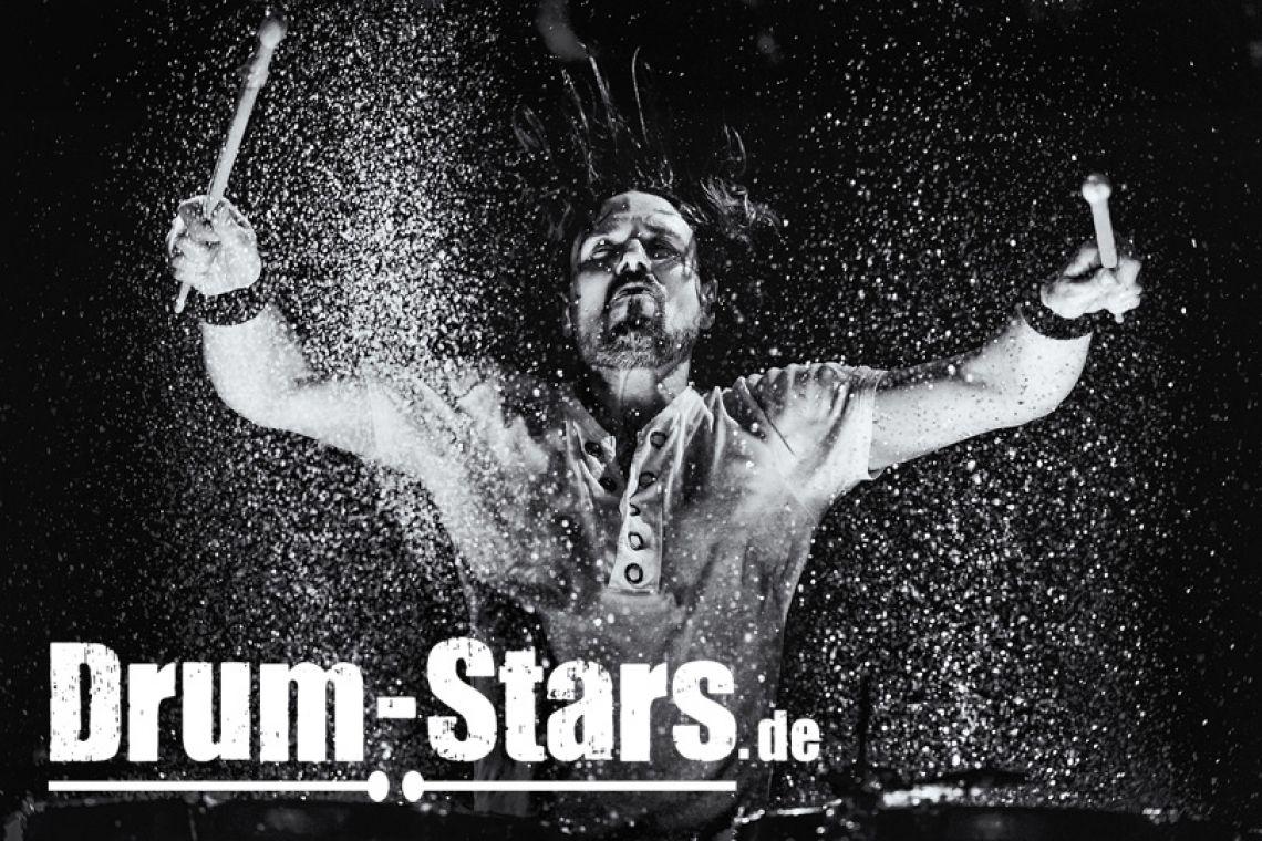 Trommelshow mit Wasser Drums Bei jedem Trommelschlag spritzt hell angeleuchtetes Wasser in die Luft und macht die Trommelshow, neben einem musikalischen, auch zu einem visuellen Erlebniss der besonderen Art. Ein Garant für begeisterte Zuschauer!
