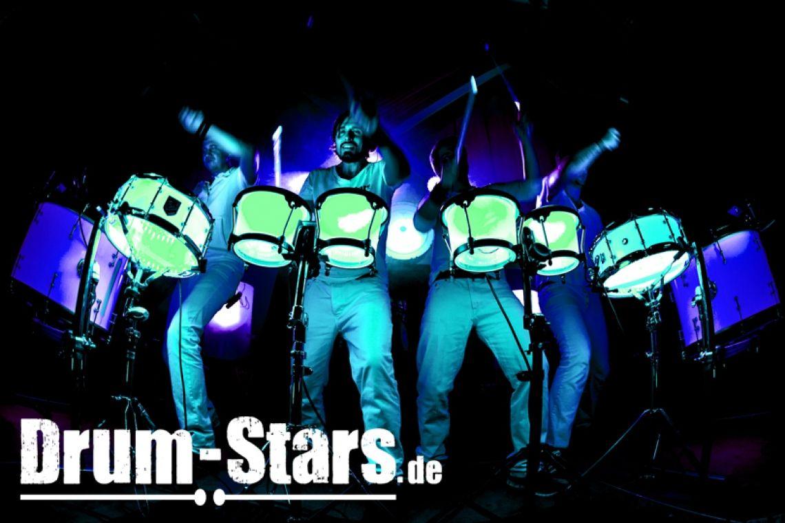 LED-Drumshow Die LED-Drums werden in allen Farben synchron zur Musik programmiert und live gesteuert. Firmenfarben oder Farben für Mottopartys können perfekt umgesetzt - und damit Stimmungen inszeniert werden. Kombiniert mit den passenden UV-Sticks bzw. LED-Sticks und der mitreißenden Trommelperformance erlebt der Zuschauer eine spektakuläre Show.