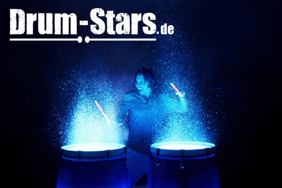 Trommler mit Water Drums Bei jedem Trommelschlag spritzt hell angeleuchtetes Wasser in die Luft und macht die Trommelshow, neben einem musikalischen, auch zu einem visuellen Erlebniss der besonderen Art. Ein Garant für begeisterte Zuschauer!