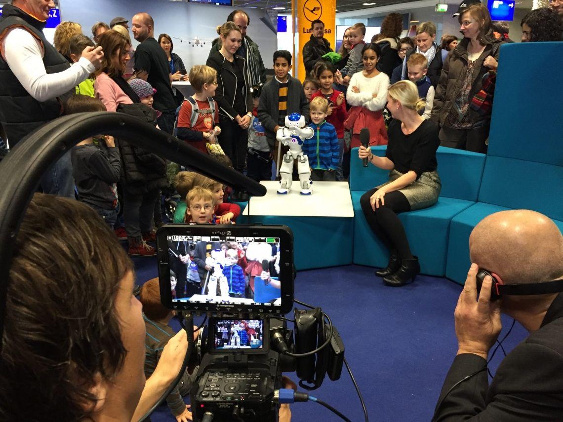 Beim Airlebnistag in Frankfurt begeisterte NAO die kleinen Gäste.