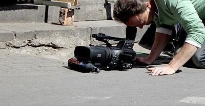 Kamera-Ausrüstungen Wir produzieren in allen gängigen Broadcastformaten. Für jedes Format stehen Kamera-Ausrüstungen inklusive Stativ, Mikrofonie und Lichttechnik zur Verfügung, die bei Bedarf um eine Vielzahl an Sonderequipment ergänzt werden können.