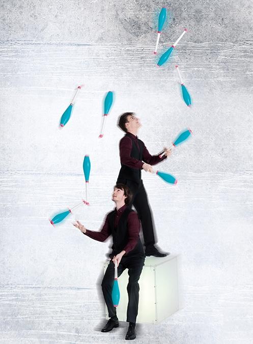 """Canavaltwins Seit ihrem 12. Lebensjahr sind die österreichischen Zwillinge Florian und Michael zusammen als Jonglier-Duo unterwegs. Im Jahr 2012 gewannen die Brüder Canaval mehrere Preise bei den Jonglier-Weltmeisterschaften in den USA. Als """"Spätberufene"""" absolvierten sie erst nach ihrem Abitur die Staatliche Artistenschule Berlin. In ihrem Act """"Illuminate"""" verbinden sie klassische Jongliertechniken mit neuester LED-Technik. Mit ihren risikoreichen Jongliertricks zaubern sie faszinierende Bilder in die Dunkelheit – außerdem sind sie noch leidenschaftliche Musiker."""