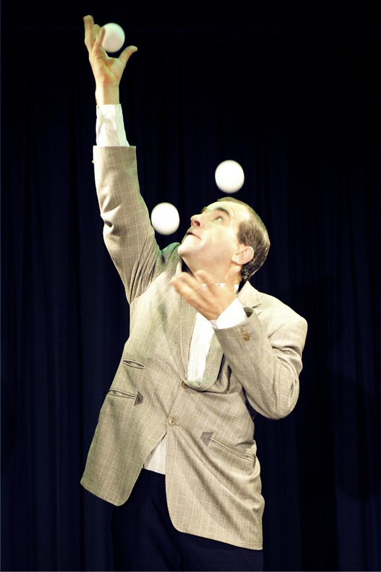 Konrad gibt Gummi! Tempojonglage mit, genau: Gummibällen! Foto: Romano Pedeste