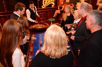 Spannung am Roulette Die Regeln des Roulette sind schnell erlernt und schon nach wenigen Minuten fiebern die Spieler richtig mit.