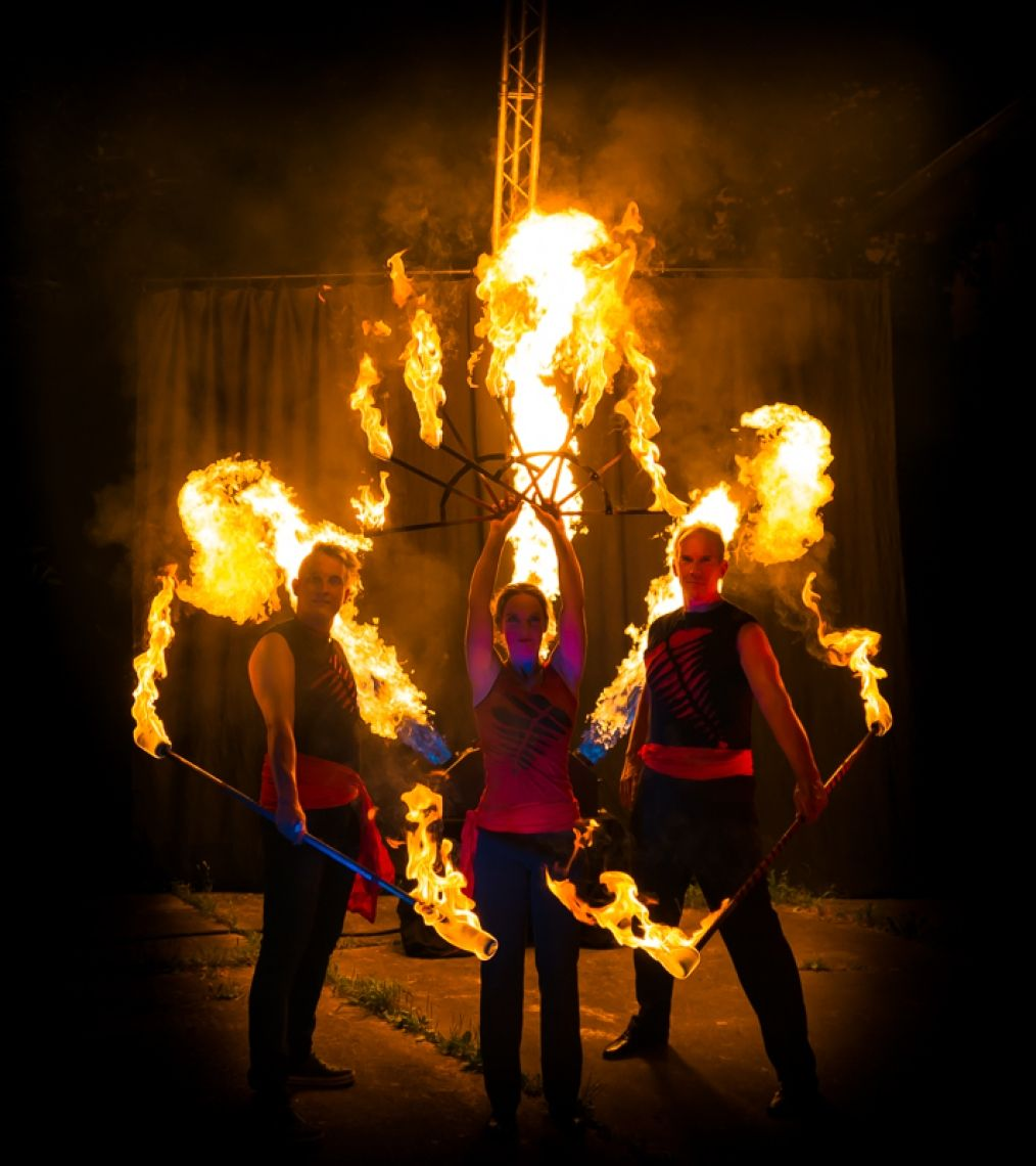 Elements Schon von weitem sichtbar steht für alle die 8 Meter hohe Pyramide als Mittelpunkt der Bühne. Unter diesem großen Blickfang verschmilzt Bodenakrobatik, Luftartistik und Feuerjonglage zu einem neuen Erlebnis. Erleben Sie wie atemberaubende Bilder am Boden und in der Luft im Spannungsfeld der Elemente entstehen.  Die vollendete Körperbeherrschung und nie gesehene Balancen der Akrobatik, Kraft und Anmut der Luftartistik und spektakuläre Flammen der Feuerkünstler runden dieses Showspektakel ab.  Einfach & Simpel erhalten Sie eine besondere Feuershow inkl. Technik aus einer Hand. Auf Wunsch kann die Show auch mit Pyrotechnik begleitet werden.   Kontaktieren Sie mich für mehr Infos.