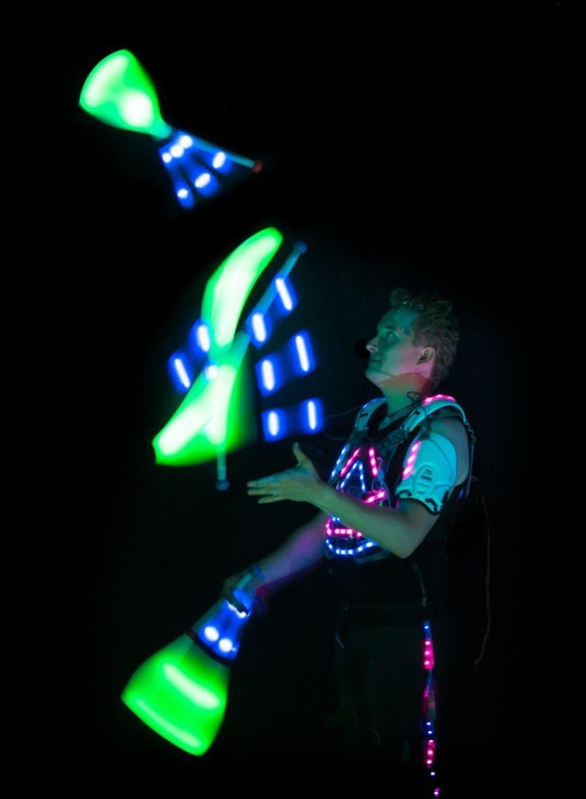 Pictures of Light Neuartige Pixel-Technologie ermöglicht es Kai Becker brillante Bilder ins Dunkle zu zeichnen. Gepaart zu einer hochkarätigen Choreografie wechseln alle Requisiten passend zur Musik gesteuert die Farbe und Grafik während der LED Jonglage Während der Lichtshow wird mehrfach Ihr Logo oder Slogan in bis zu 16 Millionen Farben dargestellt. Anspruchsvolle Lichtjonglage und innovatives Spinning runden diese High End LED Show ab.  Lichtstrahlen wandern durch den Raum und wenn Ihr Logo in der Luft erscheint wird ein Raunen durch das Publikum gehen.  Buchen Sie Ihr Logo aus Licht als Show hier.