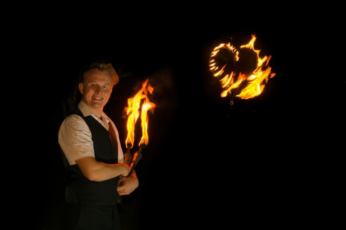 """Wedding-Fire Im gehobenen Stil der Classic Fire bietet Ihnen Kai Becker mit der Hochzeitsshow """"Wedding Fire"""" eine speziell für Ihre Hochzeit zugeschnittene Showeinlage. Begleitet durch ein brennendes Herz wird ein idealer Abschluss für Ihren ganz besonderen Tag durch den Feuerkünstler geschaffen.  Ideal als Geschenk für das Brautpaar, oder vom Brautpaar selbst organisiert. Für einen unkomplizierten und reibungslosen Ablauf kan eine komplette professionelle Beschallungsanlage, Flammensystem sowie die Beleuchtungsanlage (für bis zu 800 Gäste) gestellt.  Somit muss keine weitere Technik gemietet werden.  Kontaktieren Sie mich, um herauszufinden, wie Sie eine Feuershow aus Hessen für Ihre Hochzeit Bundesweit buchen."""