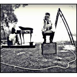 Monsieur & Pianistin Nora Born - Humor in schwarz-weiß