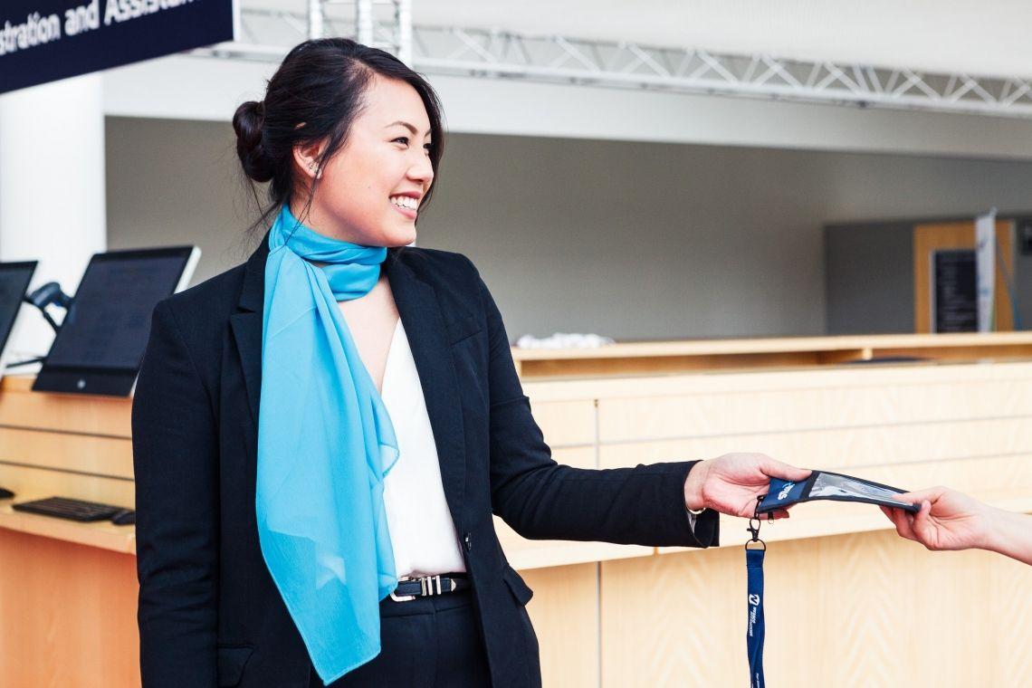 VIP-Hostess bei ucm.agency Unsere VIP-Hostessen sind außergewöhnlich charmant und verfügen über ein sehr gutes Allgemeinwissen, ausgezeichnete Umgangsformen, Menschenkenntnis und Erfahrung im Umgang mit prominenten Personen.