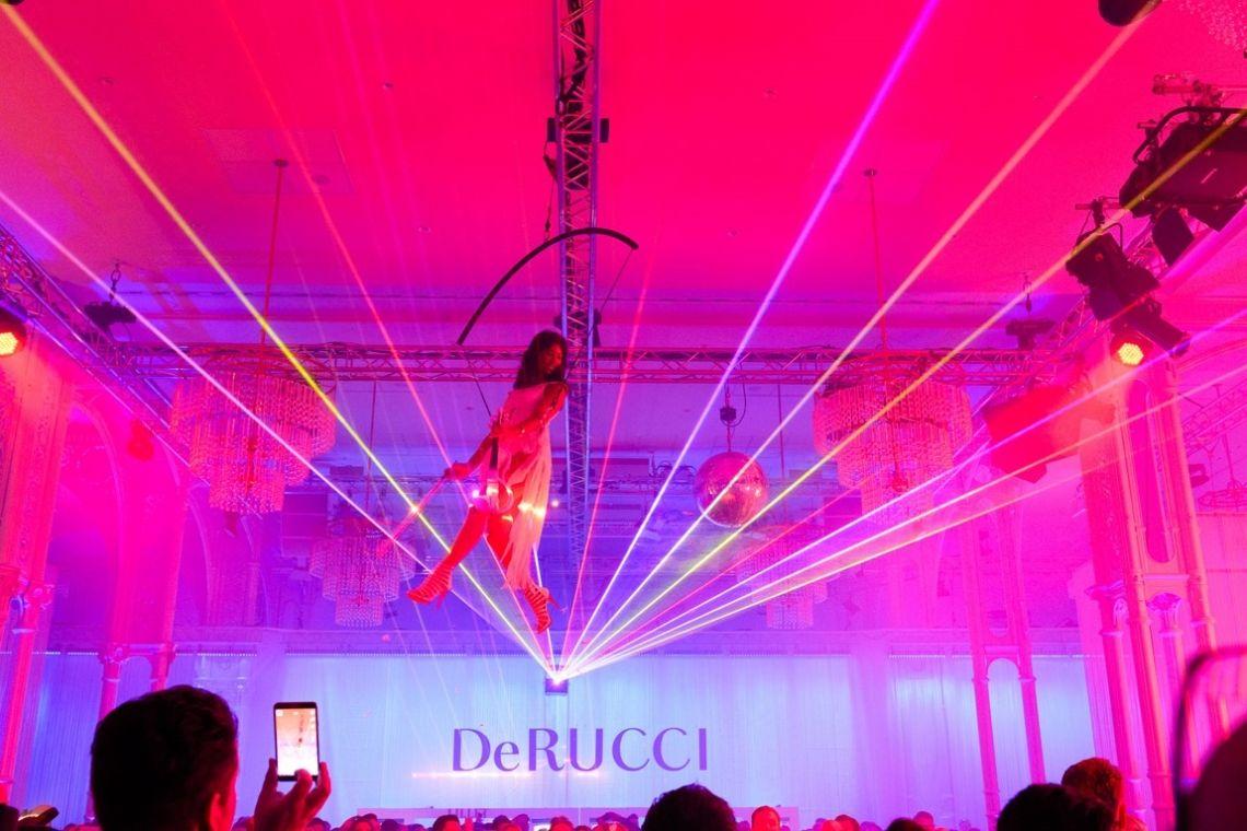 Musikalische Showinszenierung, Musikkonzepte, Showkonzepte, für Messe, Incentive, Event Vertical Show-Act, DJ Plus, e-Geige, Event DJ, Event VJ, Laserharfe