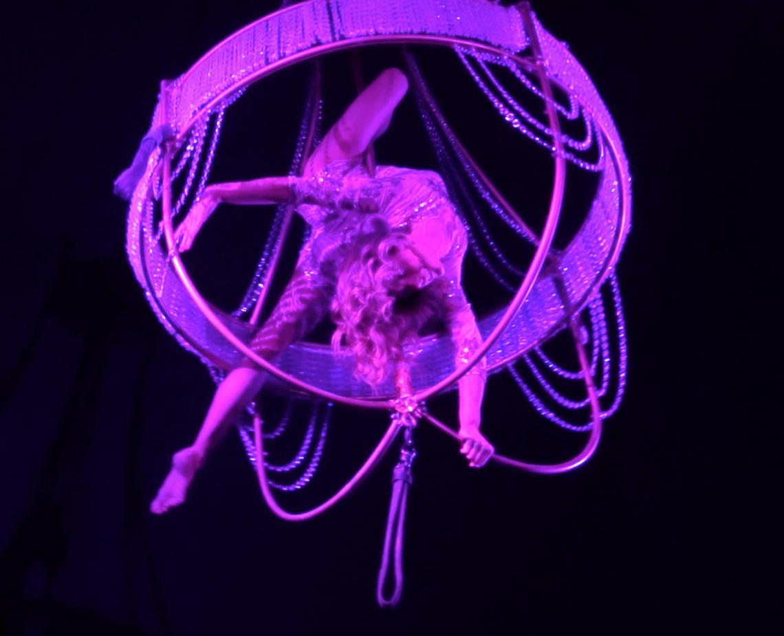 Air Candy - Kronleuchter - Aerial Chandelier Luftakrobatik am Kronleuchter. Aerial Chandelier