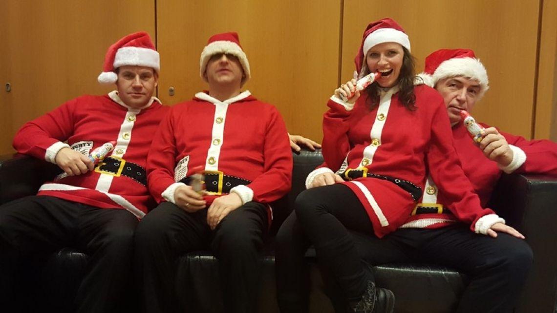 Comedy Wache Team Das ganze Comedy Wache Team in Weihnachstlook