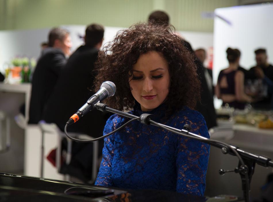 Fensterbau Frontale 2016: Ellen Kamrad vermittelt Pianistin