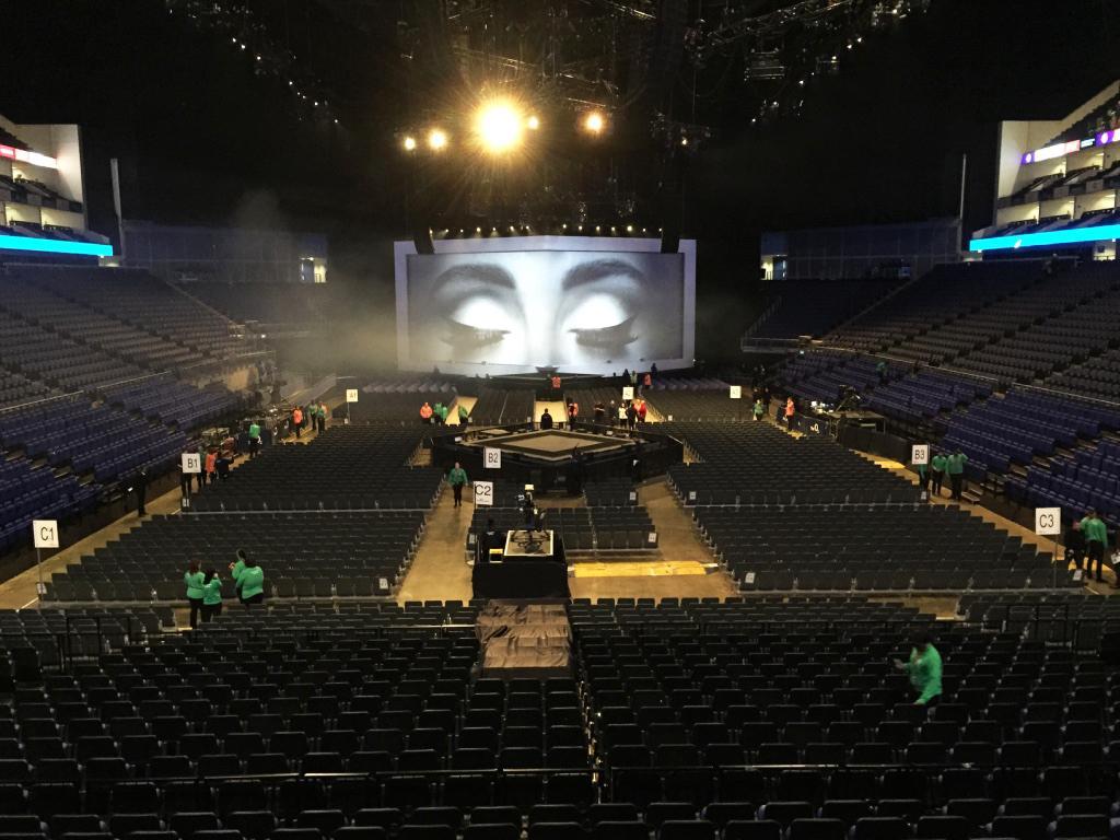 Hello… eps on tour mit Adele & unterstützt mit Bühnenbarrikaden