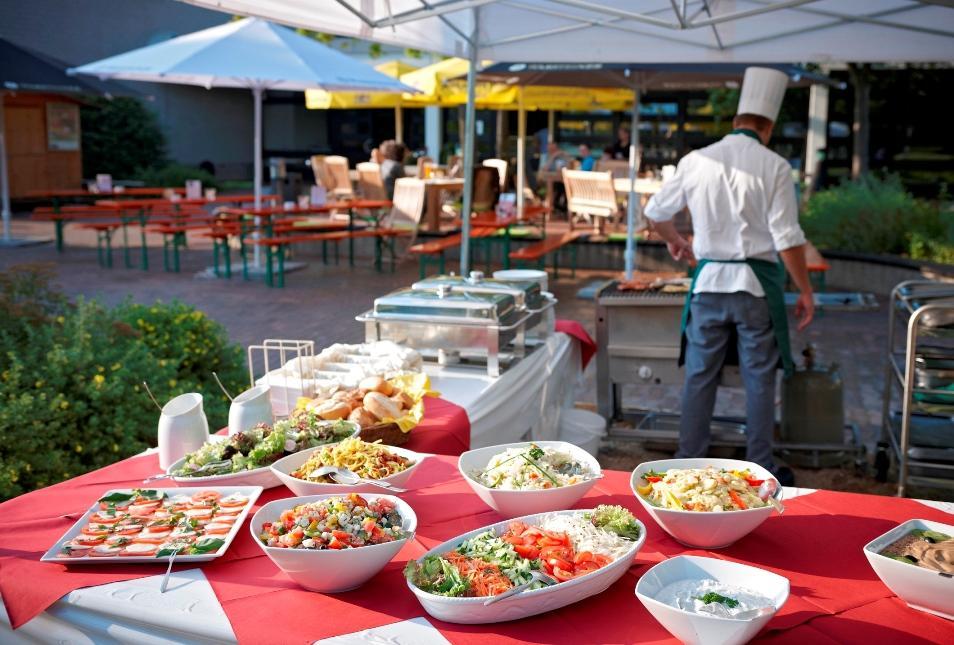 Tagungshotel in Bad Honnef noch zweieinhalb Jahre in Betrieb - L & D eröffnete Biergarten im Commudo Tagungshotel Bad Honnef
