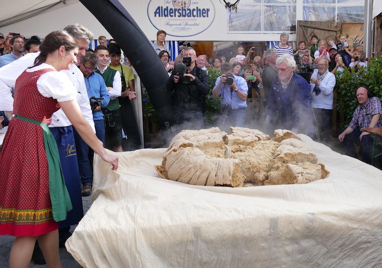 Rekordversuch: Aldersbacher XXL-Knödel zerfällt