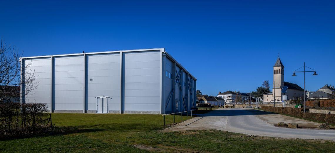 Demontierbar und nachhaltig: komplette Sporthalle in die Nachbargemeinde transportiert
