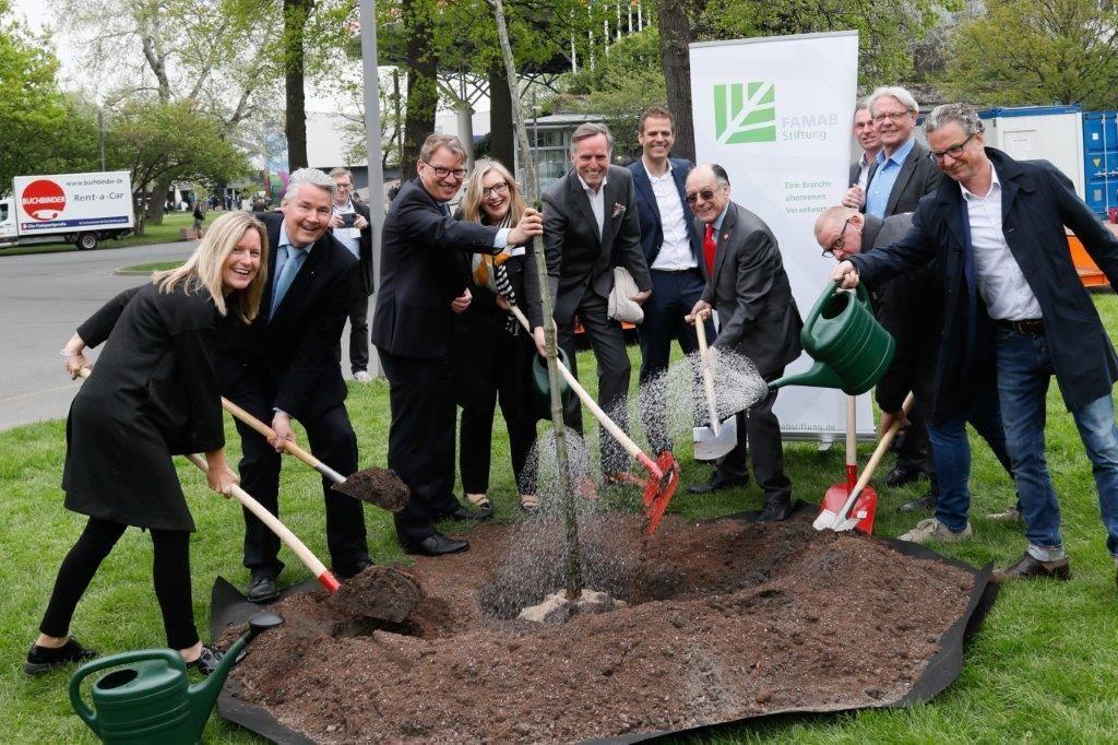 FAMAB Stiftung ruft zu bundesweiter Baumpflanz-Aktion auf Gemeinschafts-Aktion auf der Hannover Messe 2018