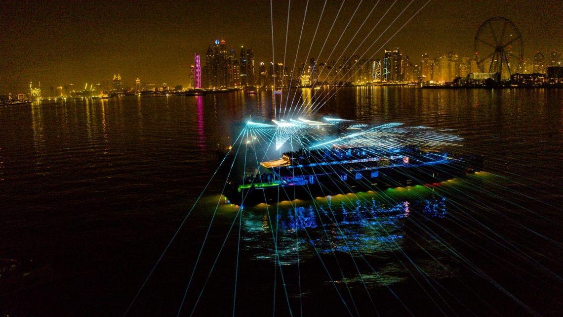 tarm Showlaser und Leithaus Filmproduktion inszenieren das Highlight einer aussergewöhnlichen, schwimmenden LKW-Präsentation in den Vereinigten Arabischen Emiraten