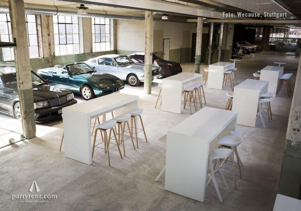 Konferenz zwischen Designmöbeln und Oldtimern