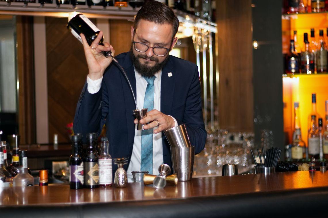Karol Bernacki mixt als neuer Barchef in der John Cranko-Lounge des Althoff Hotel am Schlossgarten