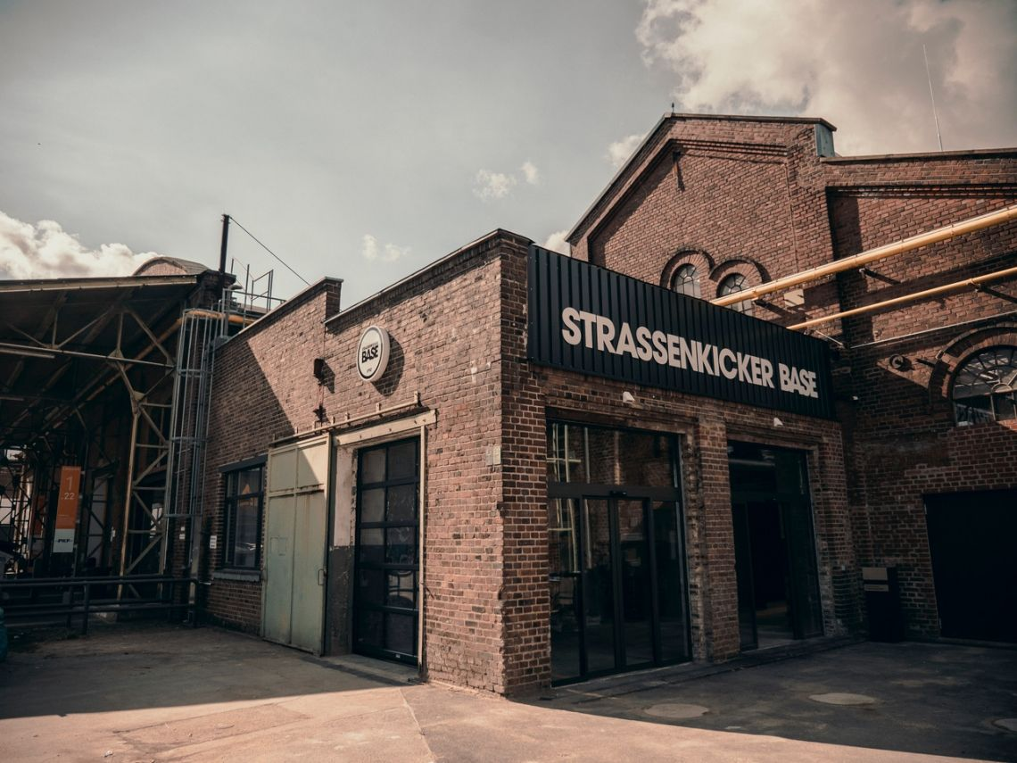 Sportsbar by lemonpie in Lukas Podolskis Strassenkicker Base in Köln eröffnet