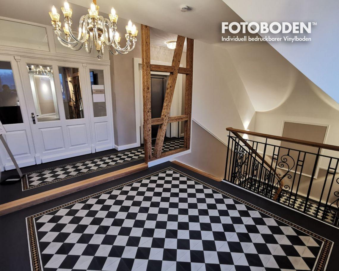 FOTOBODEN™ verleiht Einzeldenkmal neuen Glanz: Treppenhaus beeindruckt mit exklusivem Zementfliesen-Design