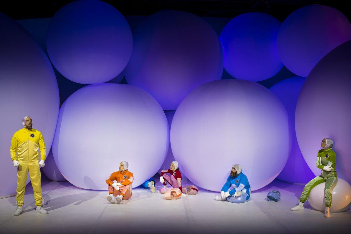 Beeindruckende Ballons als Bühnenbild im Schauspielhaus
