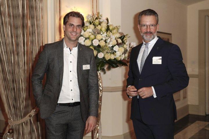 """Preisverleihung und Branchen Talk im Fairmont Hotel Vier Jahreszeiten Hamburg - 4-Sterne Superior Hotel """"Krønasår"""" ausgezeichnet"""