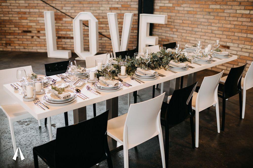 Schwarz-weißes Hochzeitssetting im Achtwerk