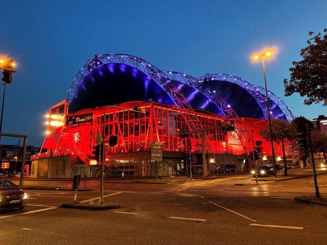 Night of Light 2021: Musical Dome Köln und Capitol Theater Düsseldorf leuchten rot.