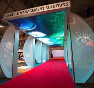 Wincor World 2010 - Aufmerksamkeitsstark inszeniertes Portal weist Besuchern den Weg