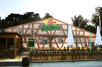 Motivbanner von all buy one verwandeln Festzelt in Kuhstall
