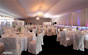 Exklusiver Galaabend in einfacher Mehrzweckhalle