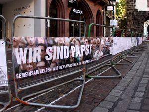 Veranstaltungsexperte allbuyone liefert Werbebanner und Verbrauchsmaterialien für den Papst