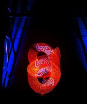 Logos und Texte mit Leuchtjonglage präsentieren