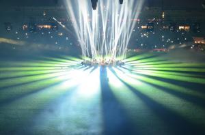 Spektakuläre Lichtshow bei Tribüneneinweihung des FC Union in Berlin.