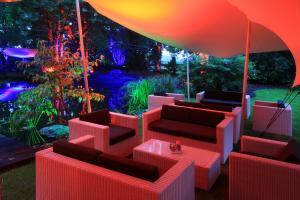 250 Scheinwerfer beleuchten eine großzügige Gartenanlage