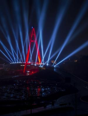 Schrägseilbrücke in Raunheim -Gahrens + Battermann inszeniert fulminante Licht- und Audioshow für Brückeneröffnungsfeier