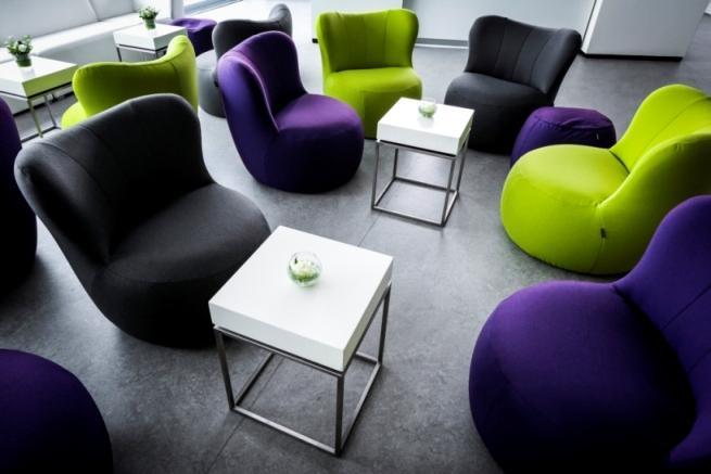 Blau, grün, anthrazit und brombeerfarben - die neuen Sessel und Poufs Freistil 173