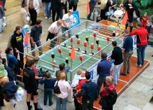 Der Jumbo Tischkicker und 45 weitere Fußball-Mitmachmodule