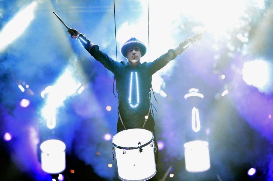 SANOSTRA SHOWS – Trommler, die leuchten und fliegen