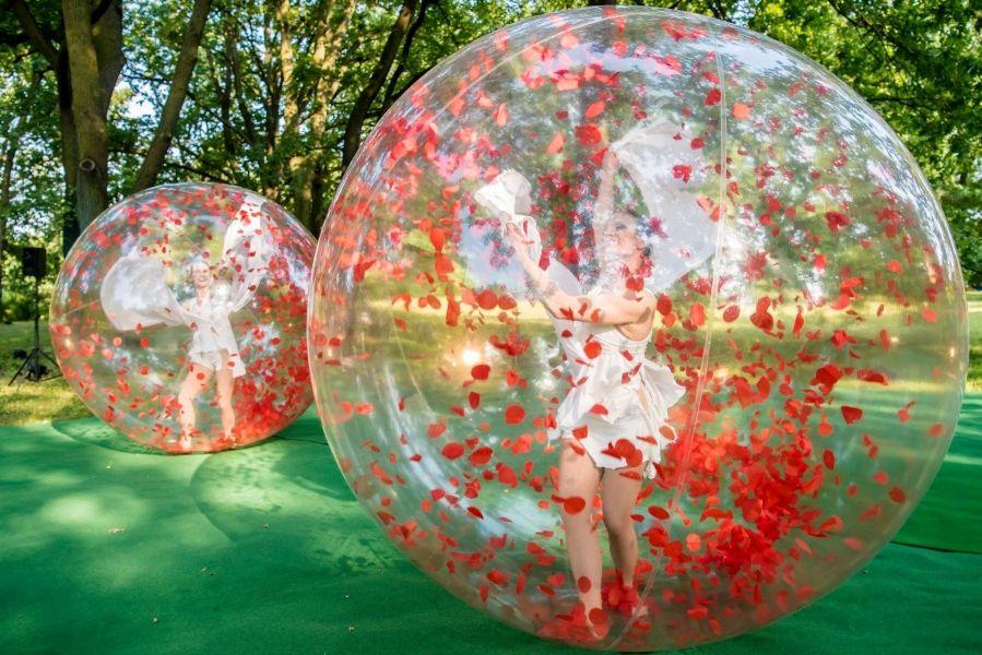Spheric E-motion – akrobatische Tanzperformance in Blasen