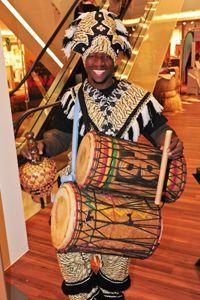 Afrikanische Trommler und Tänzer